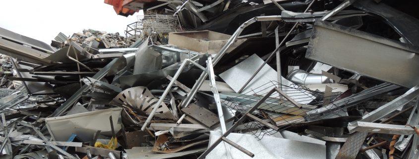 Montón de chatarra de hierro en instalaciones de Recemsa para reciclar
