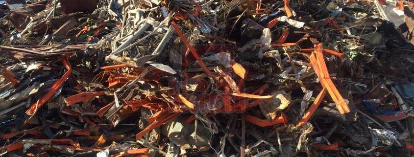 Chatarra cizallada amontonada para su procesado