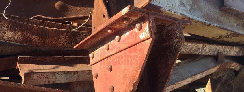 Vigas de hierro oxidadas para su procesado en planta