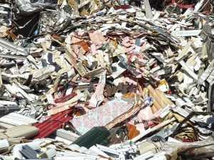 Montones de persianas de aluminio con espuma para reciclar