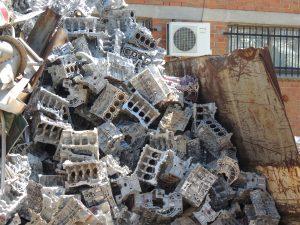 Cárter de aluminio apilados para reciclar en chatarrería