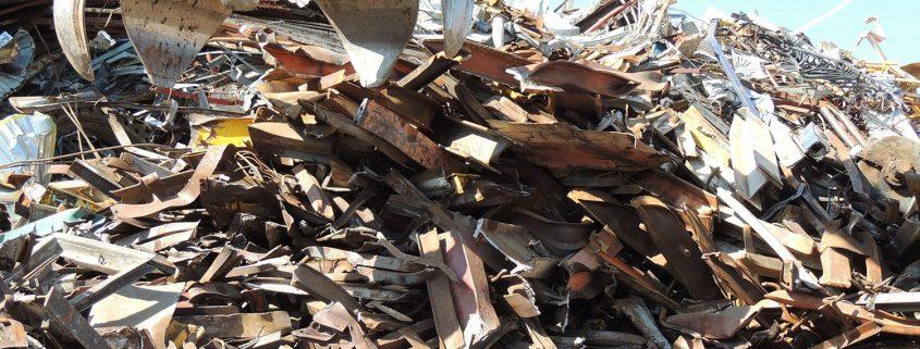 Chatarra de vigas de hierro amontonadas en chatarrería