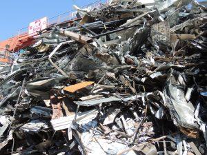 Montones de chatarra industrial para su procesado en chatarrería