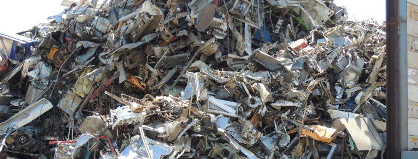 Montones de recortes de chapa nueva para reciclar